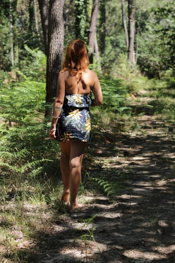 femme rousse de dos marche dans la nature