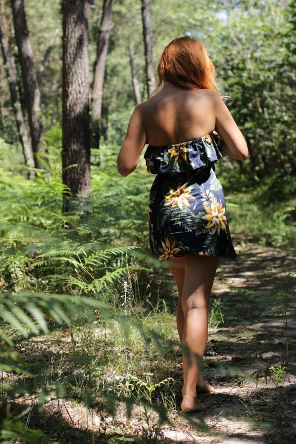 femme rousse de dos dans la forêt porte une robe bustier