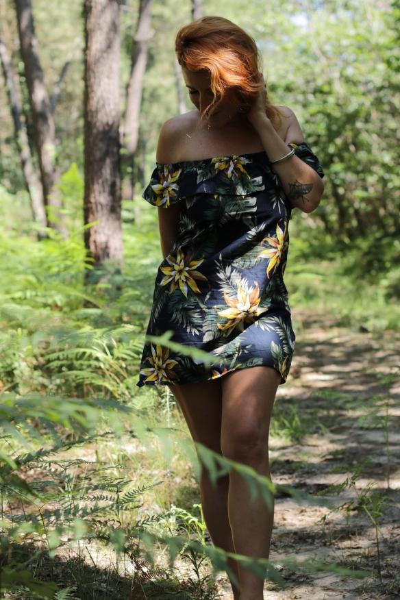 femme rousse habillée d'une robe cousu main dans la forêt