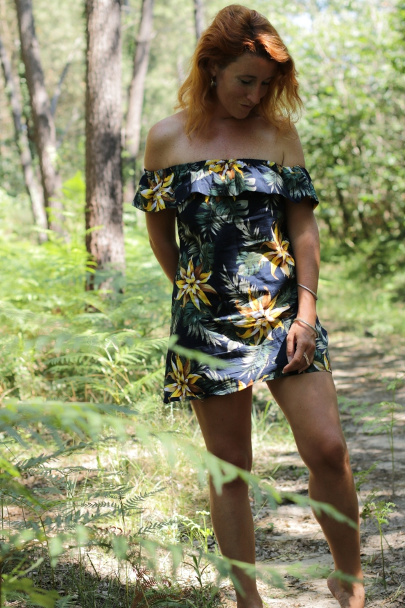 zoom femme dans la forêt avec une robe tropicale