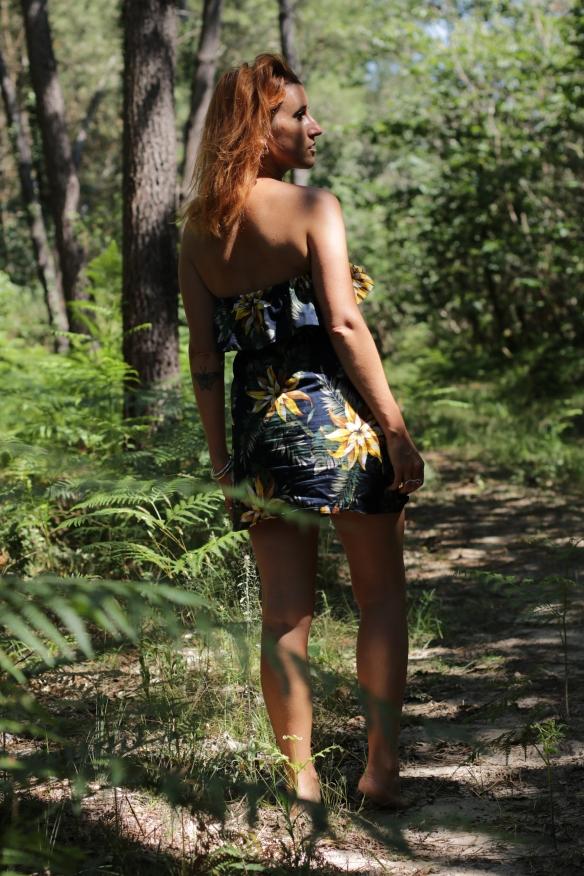 femme dans la forêt porte une robe bustier